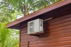 Varmepumpe hænger i toppen af hytte