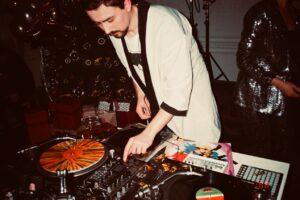 Mand står for musikken til fest som DJ