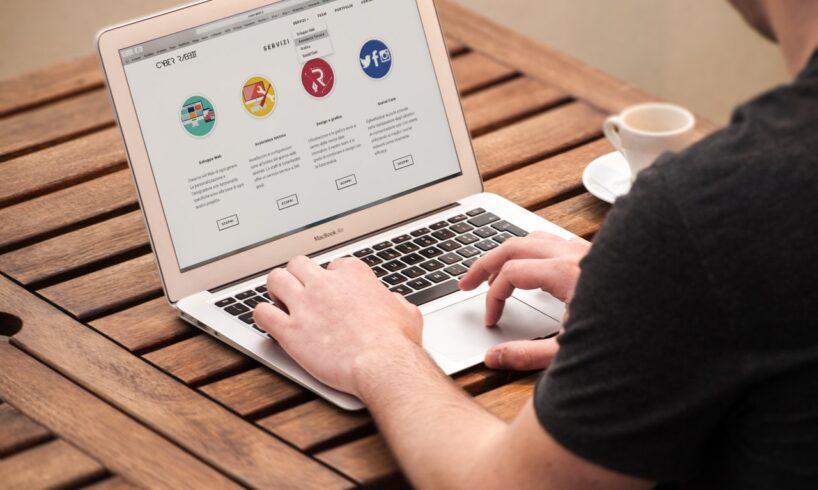 Person bruger macbook til at lave hjemmeside