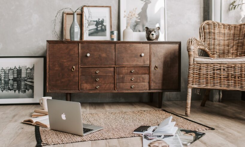 Hyggelig stue med computer på gulvet