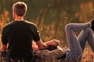 Kærestepar hygger ved en sø