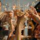 Flok af mennesker skåler i champagne