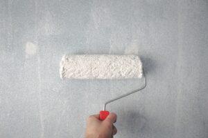 Malerrulle maler væg hvid
