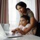Mor hjælper datter med computer